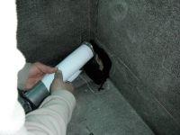 Après avoir appliqué une couche de mastique bitumeux sur l'emplacement de la gargouille, on peut enfin placer cette dernière par le trou qui lui est destiné. Au préalable, on protège le tuyau afin de ne pas avoir de trace de mastique, ce qui ne serait pas des plus esthétique. On s'assure que le plomb soit le plus possible contre les parois et on fixe à l'aide de grosses agrafes.