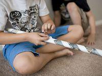 Rouler et serrer vos vieux journaux et agrafez les ensemble pour obtenir une structure de jeux solide !