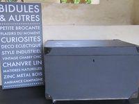 2013041205 - Caisse de belle contenance, repeinte et vernie olive noire en extérieur et poivre blanc en intérieur, coins métalliques, poignées sur les côtés, 4 petites roulettes. 45 x 72 x 45 cm . 30€ +18€ de port.