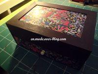 Une grande boîte pour ranger ses bijoux, ou maquillge. J'ai choisi d'y mettre quelques éléments de loisir créatifs.