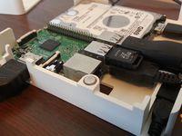 """Par chance, on m'a preté un Raspberry Pi, j'ai ressorti quelques """"vieux"""" trucs pour mes tests : l'alim et le clavier blutooth de mon Tronsmart MK908II, une manette Prizee de 2005 et une carte faisant office de clé USB"""