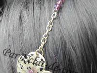 HEADBAND FLEUR ET CRISTAUX AMETHYSTE - Ce bijou de tête est composé d'une fleur en métal décorée d'un cristal transparent (effet aurore boréale) et de cristaux améthystes (qualité Autriche). Celle-ci est montée sur une chaîne en métal couleur bronze et de cristaux améthystes. Longueur : 53cm [VENDU]