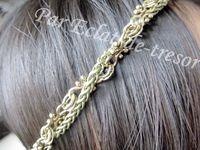 HEADBAND DORÉ CHAINES TRESSÉES - Ravissant bijou qui s'adaptera à toutes les têtes grâce à son cordon élastique (doré). Ce headband est composé de deux chaînes entrelacées de couleur bronze et doré. Longueur : 51cm (ou plus). PRIX : 24 EUROS