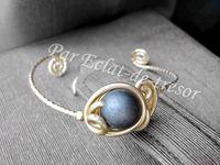 BRACELET MYSTIQUE PERLE VIOLET MAT - Bracelet unique et raffiné composé d'une perle chocolat mat décoré de spirales dorées. Peut s'adapter à tous les poignets. Taille : réglable car le bracelet est souple (Mesure environ 16,5cm). PRIX : 19 EUROS