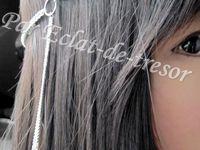 HEADBAND MUSE CHAINE TRESSÉE ET BIJOU DE CHEVEUX - Création originale, ce headband est composée d'une chaîne tressée et d'un ensemble de perles ivoire nacré, d'un cordon satiné (gris) et d'une chaîne boules. Un bijou de cheveux constitué de deux fines chaînes, retenant chacune un cristal, vient ajouter une touche d'originalité.  Taille : Environ 53,5cm. Note : Veuillez préciser la taille souhaitée lors de la commande. Longueur du bijou de cheveux : 11,5cm et 9cm. [VENDU]