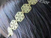 """HEADBAND COLLECTION DORÉ """"ROSACE"""" - Headband composé de plusieurs motifs fleur filigrane de couleur doré (laiton). Cet accessoire de tête s'adaptera à tout le monde grâce à son élastique noir. Taille : 53,5cm (adaptable). Dimension des fleurs : 20*20mm. [VENDU]"""
