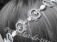 HEADBAND ENCHAINEMENT DE COEURS, IVOIRE NACRE (Cristaux Swarovski) - Accessoire indispensable de cet été, ce bijou de tête romantique s'adapte à toutes les têtes grâce à son élastique (argenté). Ce headband est conçu avec des coeurs en métal argenté reliés par des perles ivoire nacré (décorés de petites coupelles en forme de fleur) et des cristaux Swarovski blanc/gris. Longueur : Environ 51cm (adaptable). [VENDU]