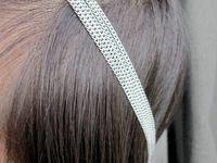 HEADBAND CHAINE LUNA CRISTAL DE ROCHE - Headband romantique et unique composé de cinq chaînes à l'avant retenant deux motifs en forme de coeur et un cristal de roche. Les chaînes sont parsemées de jolis cristaux d'Autriche (qualité supérieure, couleur gris et transparent) et rejoignent à l'arrière une chaîne tressée.  Longueur : Environ 54,5 cm. Note : Livré dans sa pochette en organza. Veuillez indiquer lors de la commande si vous souhaitez une taille différente. [VENDU]