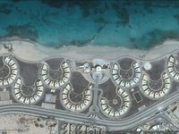 Différents aspects de Syrte : le tissu urbain, le littoral aménagé, la vitrine, le réservoir en forme d'oeil, les stocks d'arme, les hydrocarbures. Imagerie satellitaire de 2014 mise à disposition par Google earth.