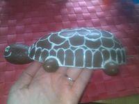 J'ai fait fondre mon chocolat blanc que j'ai applpiqué sur la tortue avec une poche à douille. J'ai fait un tout petit trou au bout de la poche pour que les traits de chocolat soient fins.