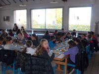 Les CM2 mangent au collège