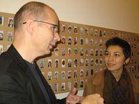 Luc Grateau explique sa façon de travailler à des étudiants de l'école des beaux arts, venus en voisins proches de la galerie.