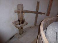 Vues de l'intérieur du Moulin de Bertoire (roue en chêne et en buis, mécanisme qui actionne la meule)...)