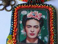 FRIDA KAHLO. Voilà un moment que j'avais commencé à broder le transfert de Frida Kahlo et puis tout d'un coup j'ai trouvé l'inspiration pour faire le montage et voilà le résultat.
