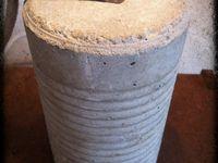 lampe créée à partir d'une boîte de conserve (abat-jour), d'un bloc de ciment moulé dans une conserve (pied) et d'un fer plat.