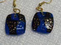 Bandes craquelées noir et or sur fond bleu structuré  5€ chaque bague  15€ le bracelet - 12€ le pendentif - 4€ les BO  - 18€ le collier
