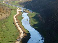 au dessus de l'écluse de Castel Finans - le barrage de St Aignan - épave agonisante  sous le Bois de Caurel