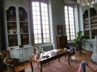 la salle à manger, le vestibul, la bibliothèque, le grand salon, un petit salon