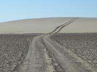 """La limite désert - océan. A cette saison, la marée est moins grande, laissant la piste praticable sur les """"vlei"""" et en bord de mer."""