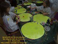 Les enfants de l'école créent leur costume de Carnaval