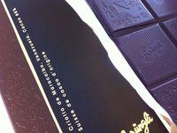 """Des truffes à consommer """"le jour même"""", des chocolats """"bijoux"""" enveloppés de froufrous, et des tablettes de vrais chocolat de crus (dont criollo maracaïbo, qui se défend !)"""