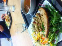 ... une formidable salade de riz avec des crevettes, une tajine d'agneau, une quiche au thon et à l'estragon...