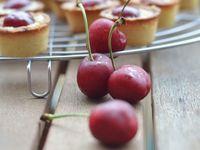 Mini-tartes aux cerises &amp&#x3B; crème patissière à la pistache