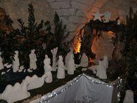La crèche de Gérard, la plus authentique de toutes car il sculpte lui-même ses santons dans la pierre des carrières de Beaulieu qui font encore la notoriété du village.