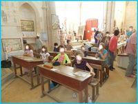 les enfants ne semblent pas trop stressés à l'école, le verre de l'amitié termine la visite.