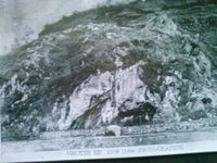 Les clichés de la grotte de Lourdes avant et pendant la construction de l'église à Lourdes.