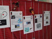 Les choupinous dans l'expo, accueillent les enfants dans le hall de l'école