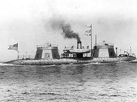 de gauche à droite, la frégate à vapeur Kearsarge, célèbre pour avoir vaincu le corsaire sudiste CSS ALABAMA en 1864, le Keokuk et ses deux superstructures abritant un canon pivotant, la canonnière de rivière USS Onondaga
