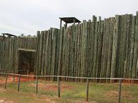 De gauche à droite, l'enceinte de la mort, une vue du camp avec sa double palissade, soldat nordiste en état de malnutrition totale lors de la capture du camp par les troupes de l'union.