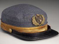 "De gauche à droite, boutons de la marine confédérée Arlington House Lee Memorial ( il existait en trois tailles différentes), casquette d'officier de la collection ""Tharpe"" (le badge represente un lieutenant), épée d'officier de marine confédéré ""collection musée national de la marine de Greenwich à Londres"""