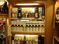 Les étagères remplies de bouteilles à la Cava Benito