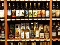 Les nombreuses étagères remplies de bouteilles chez QV.ID