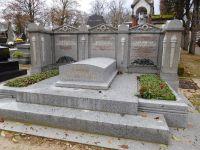 La première est la tombe des TATA, les suivantes sont les différents tombeaux parsis du Père Lachaise