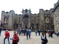 Visite du château d'Édimbourg, ancienne forteresse et prison. Les cours et pièces de vie, sont aussi froides que les  murailles qui les protègent.