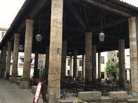 Cordes-sur-Ciel avec ses venelles, portes fortifiées, barbacanes, places et placettes, marché couvert et maisons de riches commerçants dans un parfait état de conservation.