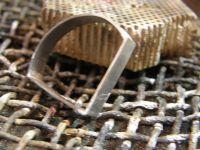 Le sertis de l'ametyste&#x3B; le bijou fini de construire&#x3B; fini.