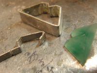 Le serti de la chryso en cours de fabrication&#x3B; le bijou pret a sertir&#x3B; et fini.