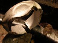LEs premiers creux sont marques&#x3B; le volume est fait et la doublure soudee&#x3B; le corps est decoupe pour inserrer le serti
