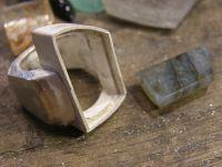 La pierre&#x3B; le serti&#x3B; le corps en cours de rétreinte. Le corps rétreint, avec sa doublure. Le bijou pret à sertir.