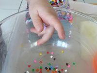 Un petit panier de perles, huiler le fond d'un saladier, recouvrer le fond de perle, faire fondre 10minutes au four, laisser refroidir avant de démouler.