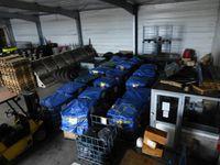 Des containers pleins à craquer, prêts à partir ... pour les loulous en refuges en Espagne.