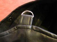 les détails : le côté, les anneaux pour la bandoulière, la pièce centrale