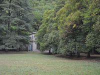Quelques vues du parc et du mobilier de jardin, en particulier les tables et bancs en béton armés.