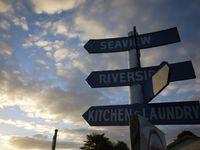 Un petit aperçu des lieux et du paysage qu'offre l'emplacement du camping. Les noms des rues et les panneaux sont plutôt originaux, non ?