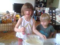 Des oeufs, du sucre puis on mélange, du lait, de la farine, de la levure et du citron puis on mélange et on goûte miaaammmmm !