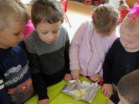 Le mélange beurre chocolat au micro-ondes pour le faire fondre.
